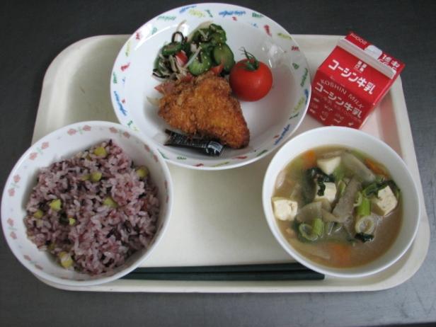 日本の給食.jpg